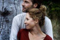 Счастливая пара, стоящая на природе — стоковое фото