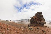 Réunion, Nationalpark Réunion, piton de la fournaise, route du volcan, Tourist in der Ebene des sables — Stockfoto