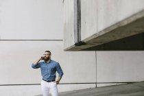 Empresario hipster barbudo al teléfono - foto de stock