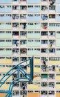 Cina, Hong Kong, Kowloon, canestro da basket, edilizia popolare sullo sfondo — Foto stock