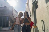 USA, Florida, Miami Beach, due amiche che mangiano coni gelato in città — Foto stock