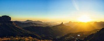 España, Islas Canarias, Gran Canaria, vista panorámica del paisaje de montaña al atardecer - foto de stock