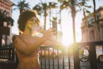 USA, Nevada, Las Vegas, giovane donna felice che si fa un selfie in città — Foto stock