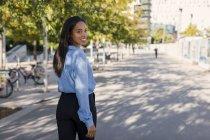 Femme d'affaires marchant dans la ville — Photo de stock