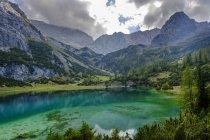 Autriche, Tyrol, Wetterstein Mountains, Mieminger Kette, Ehrwald, Lake Seebensee, Sonnenspitze, Schartenkopf et Vorderer Drachenkopf — Photo de stock
