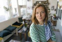 Retrato de mulher jovem em um café — Fotografia de Stock