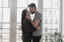 Glückliches Paar, das sich zu Hause umarmt — Stockfoto
