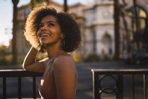США, Невада, Лас-Вегас, портрет щасливої молодої жінки в місті — стокове фото