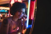 США, Невада, Лас-Вегас, портрет молодої жінки на ігрових автоматах в казино — стокове фото