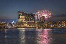 Germania, Amburgo, Elbe Philharmonic Hall, St. Michaelis Church, fuochi d'artificio di notte — Foto stock