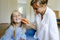 Щаслива мати і дочка з моркви в домашніх умовах — стокове фото