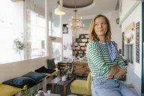 Молодая женщина в кафе смотрит в сторону — стоковое фото