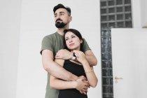 Sinnliches Paar umarmt sich zu Hause — Stockfoto