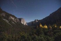 EUA, Califórnia, Parque Nacional de Yosemite, Vista Túnel à noite — Fotografia de Stock
