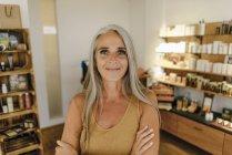 Retrato de mulher de negócios sorridente em sua loja — Fotografia de Stock