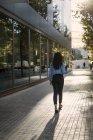 Empresaria con bolsa para portátil caminando por la ciudad - foto de stock