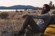 Usa, Californie du Nord, jeune homme barbu ayant une coupure sur un voyage de randonnée près du parc national volcanique de Lassen — Photo de stock