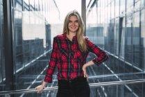 Портрет усміхнена молода жінка носить плед сорочка — стокове фото