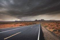 Usa, Utah, Route vide à Monument Valley — Photo de stock