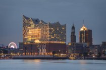 Germania, Amburgo, Elbe Philharmonic Hall, St. Michaelis Church all'ora blu — Foto stock