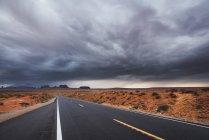 Usa, Utah, Leere Straße zum Monument Valley — Stockfoto