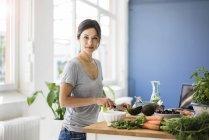 Femme préparant des aliments sains dans sa cuisine — Photo de stock