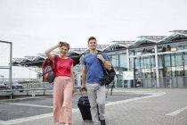 Молодая пара прогуливается возле аэропорта — стоковое фото