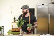 Вегетарианец выбирает овощи на кухне — стоковое фото