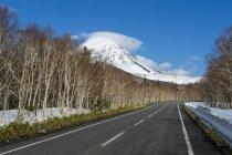 Hokkaido, Parque Nacional de Shiretoko, estrada vazia — Fotografia de Stock