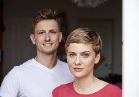 Porträt eines lächelnden Ehepaares zu Hause — Stockfoto