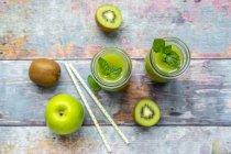 Dos botellas de vidrio de kiwi de manzana batido - foto de stock
