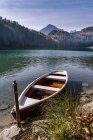 Німеччина, Баварія, Східний Allgaeu, Фуссен, Алатзее, човен на березі озера восени — стокове фото
