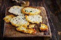Primo piano fo patatine fritte parmigiano fatto in casa — Foto stock