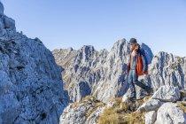Deutschland, garmisch-partenkirchen, alpspitze, osterfelderkopf, wanderin — Stockfoto