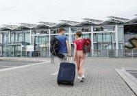 Вид з заднього виду пара ходьба за межами аеропорту — стокове фото