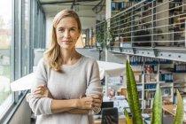 Портрет впевненої жінки в офісі — стокове фото