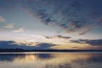 Coucher du soleil au-dessus du lac Inari, Finlande — Photo de stock