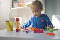 Ritratto di bambina che gioca con argilla modellante — Foto stock