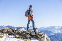 Allemagne, Garmisch-Partenkirchen, Alpspitze, Osterfelderkopf, randonneuse avec vue — Photo de stock