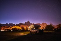 Argentina, Patagonia, El Chalten, parked camper in front of Fitz Roy at night — Stock Photo