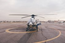 Hélicoptère sur le terrain d'aviation le jour — Photo de stock