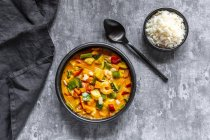 Curry dish, sweet potato curry, sugar pea, paprika, zucchini, coconut milk, shrimps and rice — Stock Photo