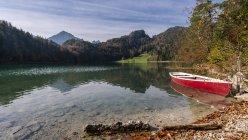 Deutschland, Bayern, Ostallgäu, Füssen, Alatsee, Schifffahrt im Herbst — Stockfoto