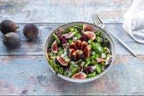 Салат мікс з інжир — стокове фото