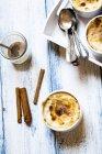 Cuvette de riz au four turc au lait à la cannelle — Photo de stock