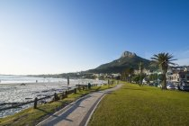 Южная Африка, Waterfront of Camps bay with the lions head in the background, subject of Cape town — стоковое фото