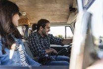 Ласковая пара, путешествующая в своем фургоне — стоковое фото