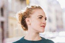 Портрет блондинка молода жінка дивиться геть — стокове фото