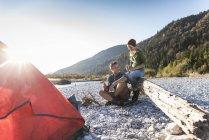 Reifes Paar Camping am Flussufer im Abendlicht — Stockfoto