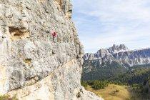 Italia, Cortina d'Ampezzo, arrampicata femminile sulle Dolomiti — Foto stock